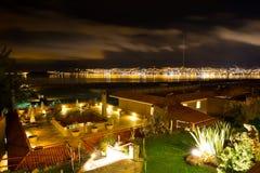 Hotel dell'alta società e cortile e giardino d'invito alla notte su Titikaka, Perù nel Sudamerica Immagini Stock
