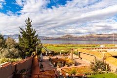 Hotel dell'alta società e cortile e giardino d'invito su Titikaka, Perù nel Sudamerica Immagine Stock Libera da Diritti