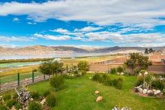Hotel dell'alta società e cortile e giardino d'invito su Titikaka, Perù nel Sudamerica Fotografie Stock Libere da Diritti