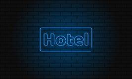 Hotel dell'insegna al neon sul fondo del muro di mattoni Insegna elettrica d'annata con le luci al neon luminose La luce blu cade Fotografie Stock Libere da Diritti
