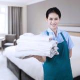 Hotel della domestica nella camera di albergo Immagine Stock