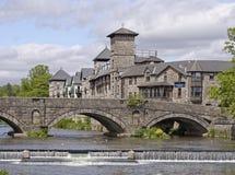 Hotel della riva del fiume e ponte dello stramongate, cumbria, Inghilterra Immagini Stock Libere da Diritti