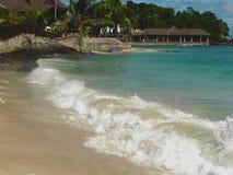 Hotel della spiaggia, onde della laguna Fotografie Stock Libere da Diritti