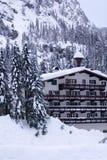 Hotel in der Schneevertikale Stockfotografie
