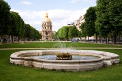 Hotel des Invalides en een fontein Stock Afbeelding