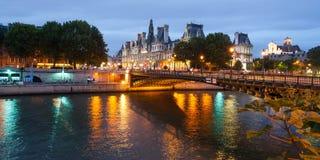 Hotel deVille in Parijs van over de rivier van de Zegen Stock Fotografie