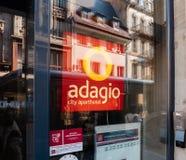 Hotel di adagio in Francia con la riflessione della città nella porta di entrata Immagini Stock