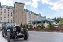 Hotel di Lake Louise del castello con l'automobile antica fotografia stock libera da diritti