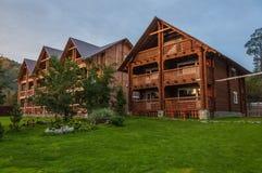 Hotel di legno moderno nelle montagne al crepuscolo Immagine Stock