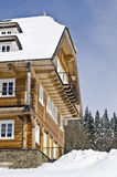 Hotel di legno nell'inverno Fotografie Stock Libere da Diritti