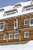 Hotel di legno nell'inverno Fotografia Stock