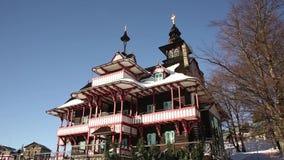 Hotel di legno storico Mamenka delle montagne di Beskydy costruito nel 1989, punto di riferimento storico nazionale stock footage