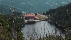 Hotel di paesaggio di Mummelsee con il lago fotografia stock libera da diritti