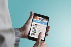 Hotel di prenotazione online dallo smartphone Concetto di turismo e di corsa Fotografie Stock Libere da Diritti