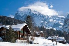 Hotel dichtbij het Grindelwald-skigebied Zwitserse alpen bij de winter stock afbeeldingen