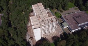 Hotel die op de waterkant voortbouwen stock footage