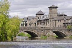 Hotel do beira-rio e ponte do stramongate, cumbria, Inglaterra Fotografia de Stock