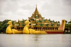Hotel do palácio de Karaweik no lago do kandawgyi, yangon, myanmar fotos de stock