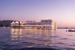 Hotel do palácio do lago dos nivas do entalhe no crepúsculo Foto de Stock Royalty Free