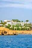 Hotel do verão com praia Fotografia de Stock Royalty Free
