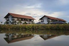 Hotel durch den Fluss Stockbild