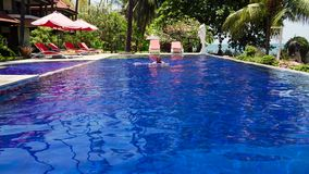 Hotel durch Meer Indonesien, Bali stock video