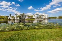 Hotel e lago Immagini Stock