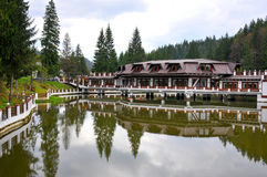 Hotel e lago della montagna Fotografia Stock Libera da Diritti