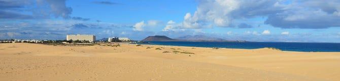 Hotel e panorama della spiaggia alle isole Canarie di Fuerteventura Immagini Stock