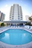 Hotel e piscina fotografia stock