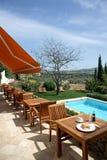 Hotel e piscina rústicos luxuosos no campo Fotografia de Stock