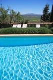 Hotel e piscina rústicos luxuosos no campo imagens de stock