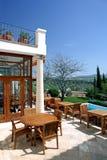 Hotel e piscina rustici di lusso in campagna Fotografia Stock
