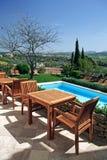 Hotel e piscina rustici di lusso in campagna Fotografie Stock