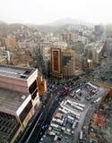 Hotel e povos do al-Mashaer de Elaf que andam na rua na cidade santa de Makkah em Arábia Saudita Imagens de Stock Royalty Free