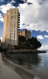 Hotel e praia abandonados Imagem de Stock