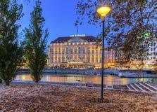 Hotel e riva del fiume di Bergues dall'isola di Rousseau, Immagine Stock