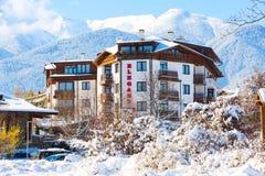 Hotel elegante del lux y panorama de las montañas de la nieve en la estación de esquí búlgara Bansko Fotos de archivo