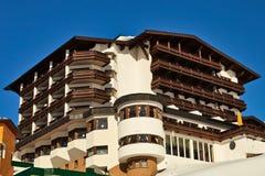 Hotel en aldea alpestre. Imagen de archivo