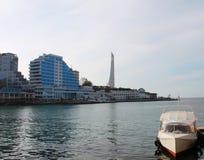 Hotel en boot op de kust van de Zwarte Zee Stock Afbeeldingen
