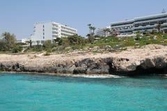 Hotel en el banco del mar Mediterráneo fotos de archivo libres de regalías