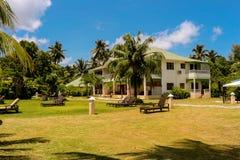 Hotel en el complejo playero tropical Imagen de archivo libre de regalías