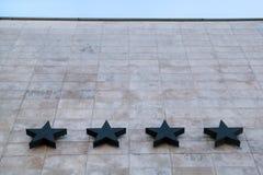 Hotel en gastvrijheid/Vier sterren op de steenmuur van het hotel/de Kwaliteit van hotel en motel de diensten stock fotografie