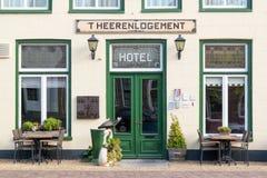 Hotel en la ciudad vieja de Harlingen, Países Bajos imágenes de archivo libres de regalías