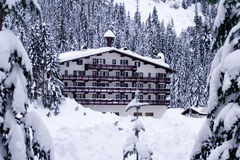 Hotel en la nieve horizontal Foto de archivo