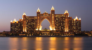 Hotel en la noche, Dubai de Atlantis Imagen de archivo