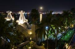 Hotel en la playa en la noche imagen de archivo libre de regalías