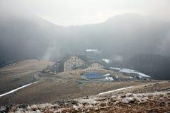 Hotel en montañas brumosas Foto de archivo