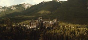 Hotel en montañas rocosas canadienses, Banff, Alberta Imágenes de archivo libres de regalías