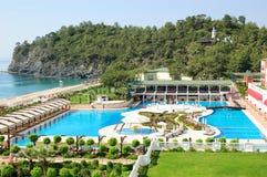 Hotel en orilla del mar Mediterráneo Fotos de archivo libres de regalías